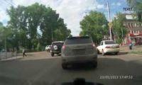 Видео: в Рубцовске внедорожник нагло нарушает ПДД