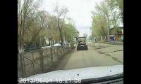 Видео: Рубцовск, ул. Октябрьская, Москвич 2141