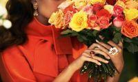 Почему девушки любят, когда им дарят цветы?